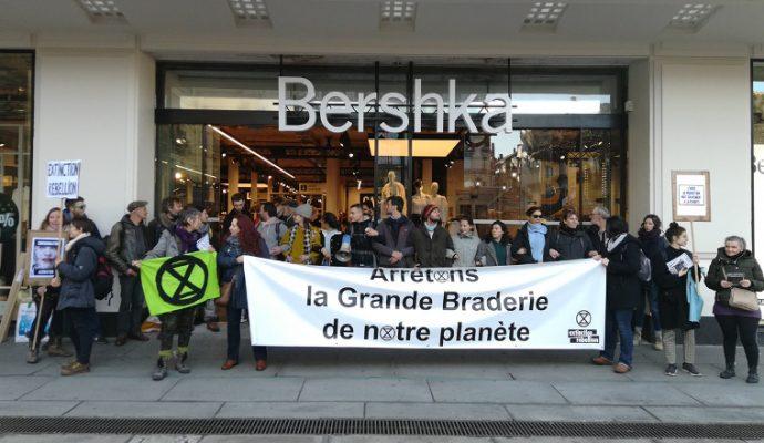 Black Friday : Extinction Rebellion se mobilise devant plusieurs enseignes à Angers