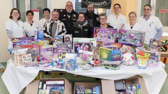 L'association Les Guidons Cools Ligériens remet des jouets pour les enfants hospitalisés