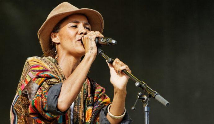 La chanteuse Ayo à la 16e édition des Traver'Cé Musicales des Ponts-de-Cé