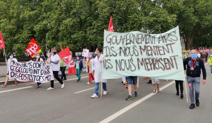 Entre 400 et 500 soignants ont manifesté devant le CHU d'Angers