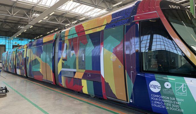 Une rame du tramway habillée pour l'été par un artiste angevin