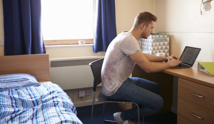 Pénurie de logements étudiants : la minorité veut remettre les locations de meublée de courtée durée sur le marché