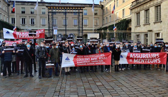 Restaurateurs, cafetiers et hôteliers manifestent devant la préfecture de Maine-et-Loire