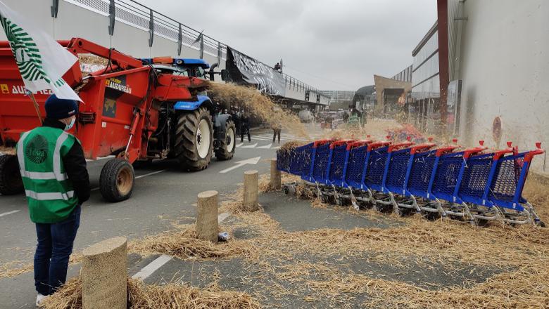 Agriculteurs Carrefour Saint-Serge extérieur