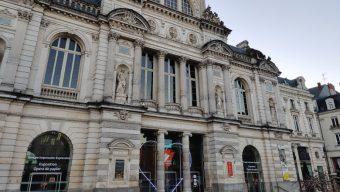 Votre soutien au monde de la culture s'affiche sur le Grand Théâtre place du Ralliement