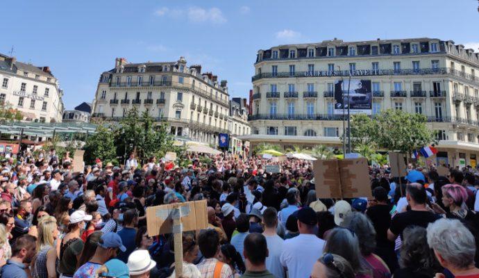 Près de 2 000 manifestants contre le pass sanitaire à Angers