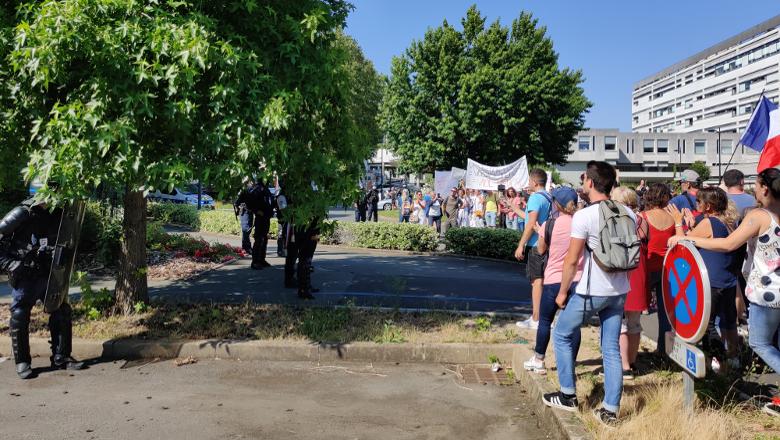 Manifestation pass sanitaire CHU