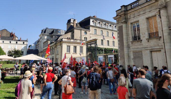 Covid-19 : 180 personnes rassemblées devant la préfecture pour dire non au « pass-licenciement »