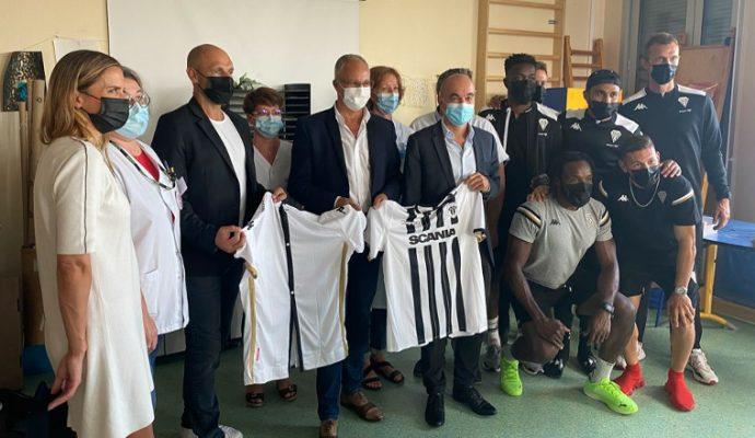 Des maillots d'Angers SCO transformés en blouses médicales pour les enfants hospitalisés